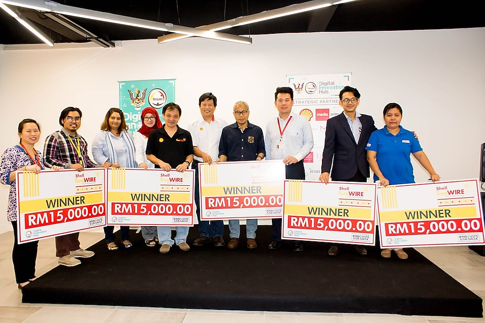 The 2017 Sarawak LiveWIRE Winners, Judges, and Awangku Merali Pengiran Mohamed, Chief Operating Officer of TEGAS