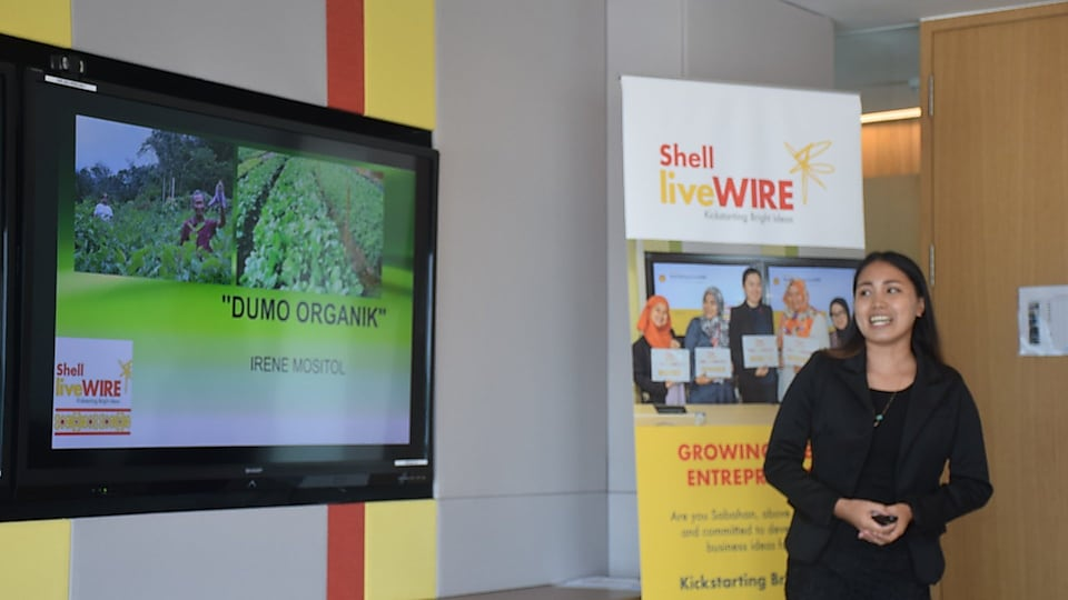 Irene introducing her idea at the 2018 Sabah Shell LiveWIRE Pitching Competition.